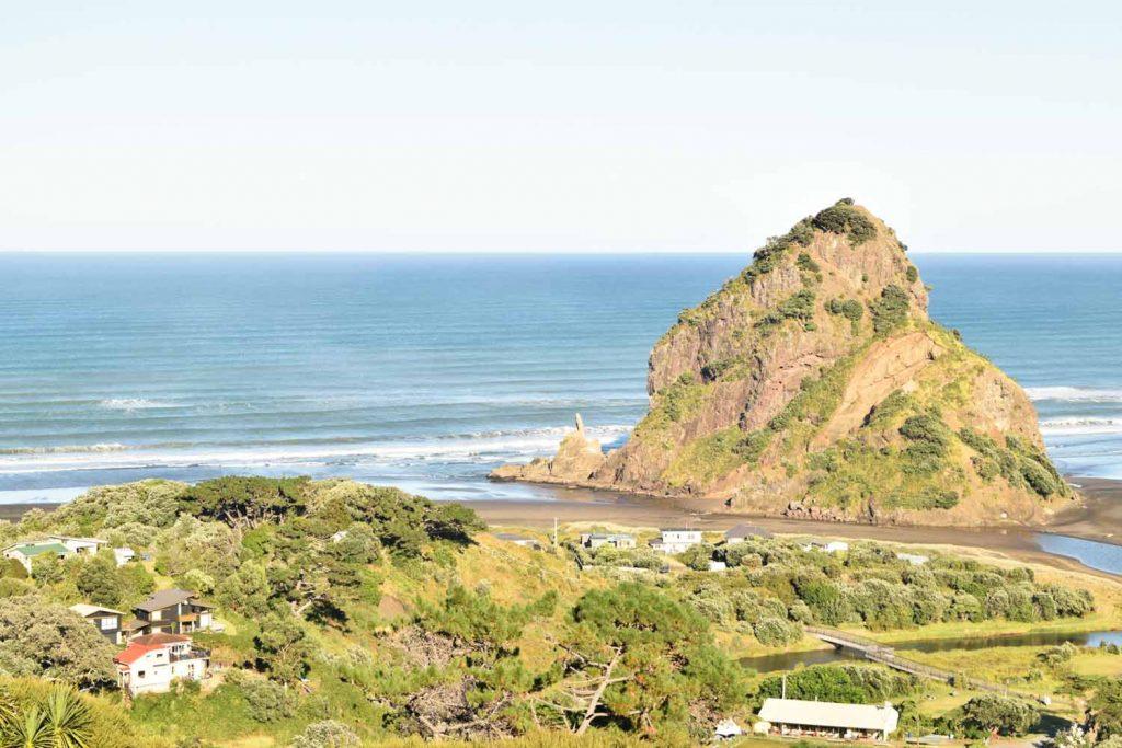 Vue sur Piha Beach et Lion Rock.